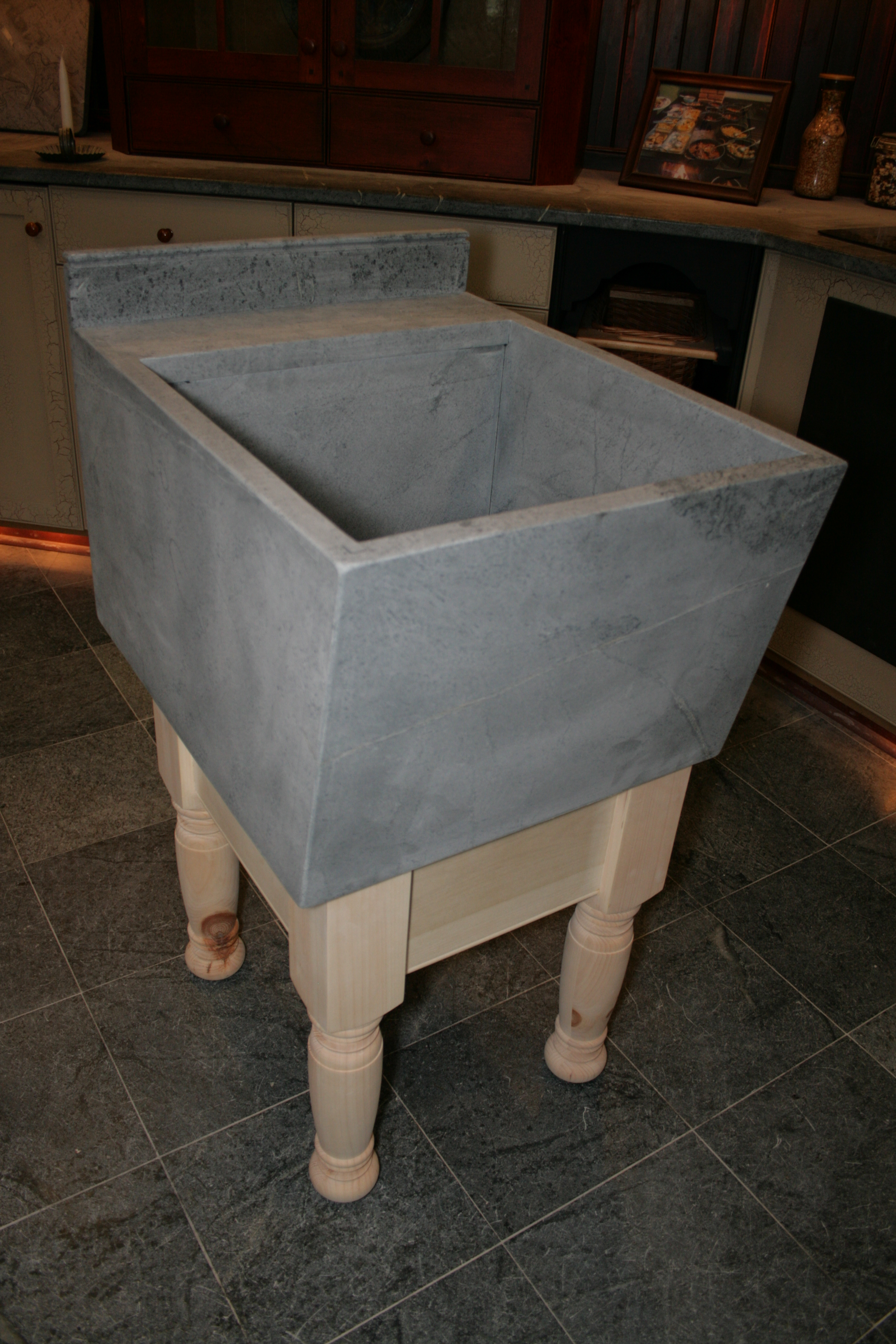 Laundry sink with unfinished base